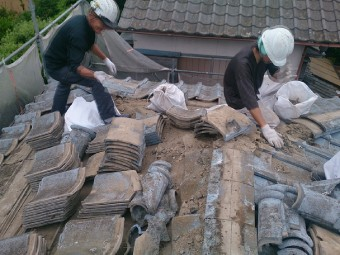 セメント瓦を全て撤去する