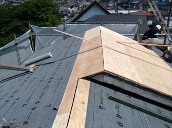 屋根材に瓦を使用する場合は等間隔に桟木を設置します