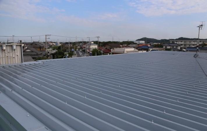 屋根カバー工法で緩勾配の片流れの屋根に