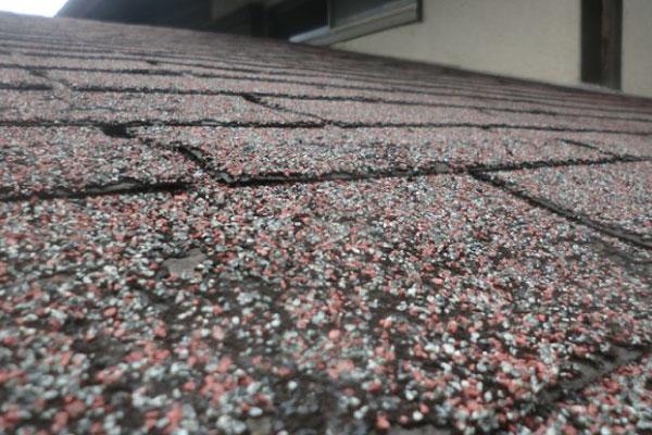 表面に貼り付けられた天然石が剥がれるとフェルト紙が露出します