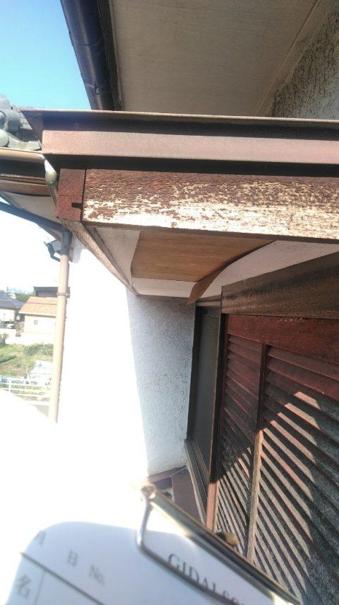 岐阜市で、軒天が剥がれ穴が空き、部屋に雨漏りの被害発生
