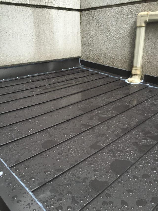 お客様所有のアパート 1階屋根 ガルバリウム鋼板 横葺き