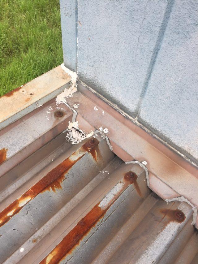 折板屋根の水切りの状況