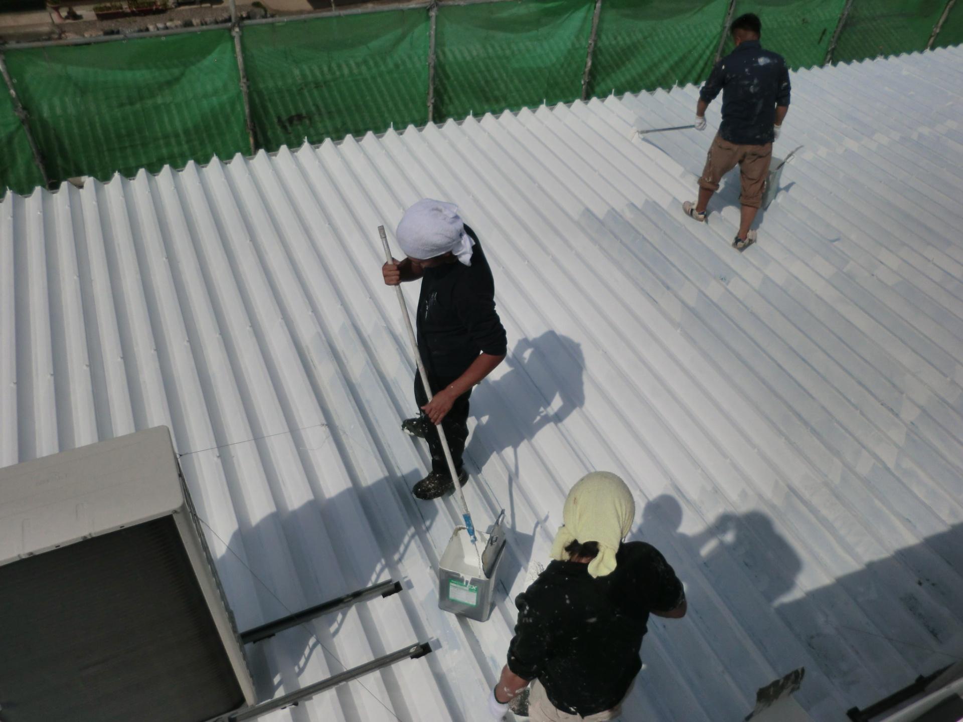 工場の屋根中塗り途中