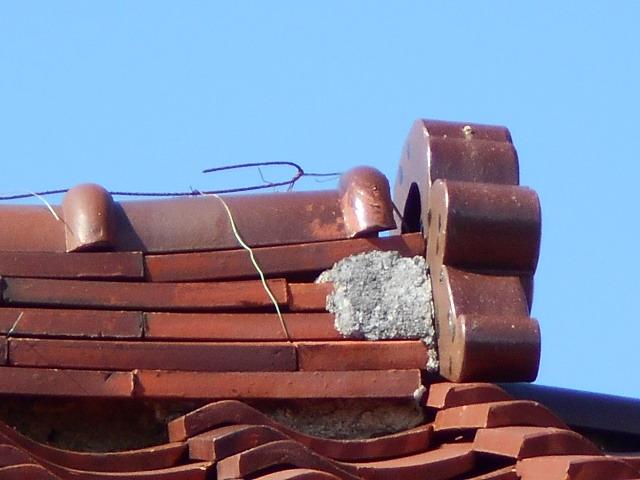 大垣市にてメンテナンスをされていない瓦屋根を調査 棟の漆喰が剥がれ落ちていました