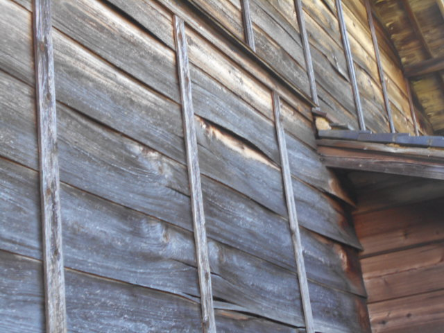 大垣市 外壁杉板が古くなって剥がれ落ちて土壁が見えています・張替えの提案