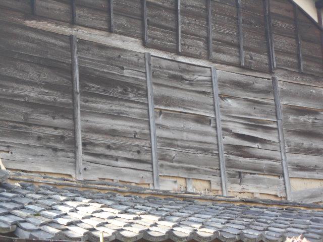 大垣市 外壁の焼杉板張りが剥がれて中の土壁が露出ています。雨漏り調査