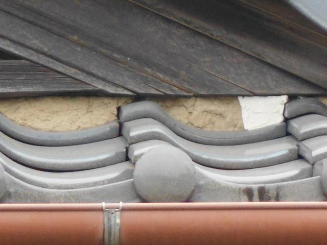 大垣市 屋根の三日月漆喰が剥がれ落ちて中の土が流れています・雨漏り調査