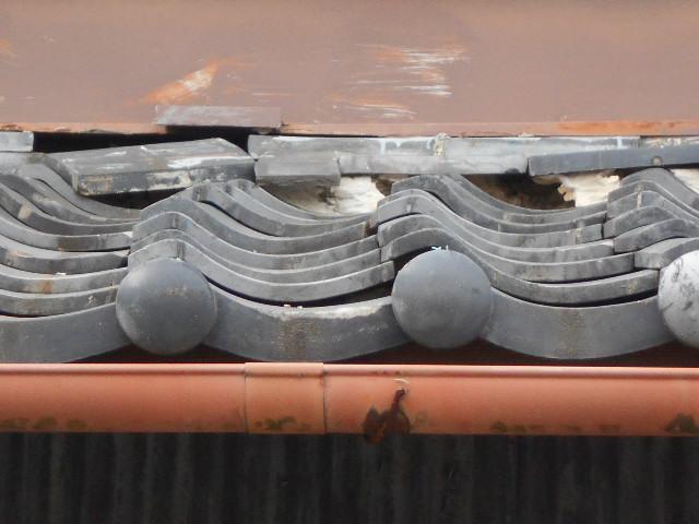 大垣市 屋根の瓦が波波の状態です。屋根下地の確認必要・葺き替えの提案。