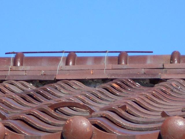 大垣市 屋根の三日月漆喰が剝がれ落ちて土が見えています。屋根無料調査