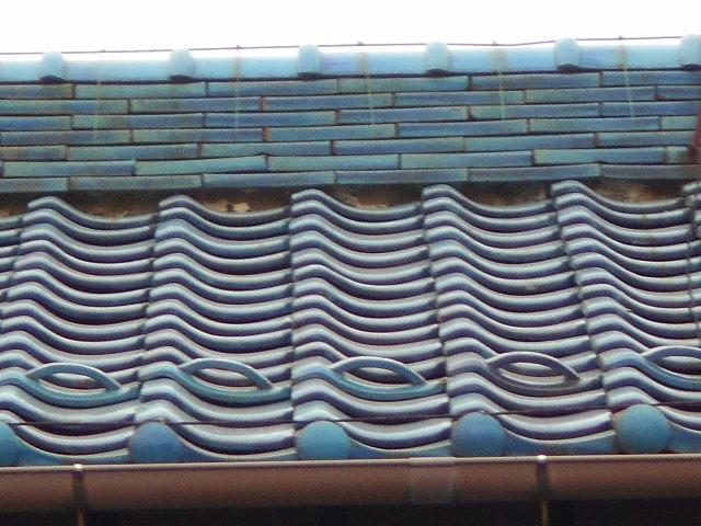 大垣市 屋根の三日月漆喰が剝がれ落ちて土が流れています。漆喰無料点検