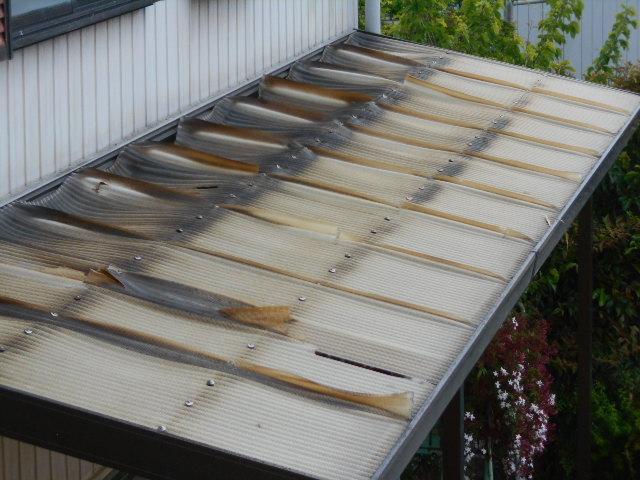 大垣市 テラス屋根の塩ビ波板が変形変色して透明性がありません。屋根ポリカ波板に葺き替えの提案