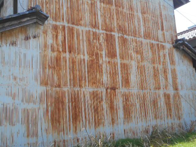 大垣市 波トタンが錆び錆びで数ミリの穴があいています。角波ガルバリウム鋼板張替えの提案