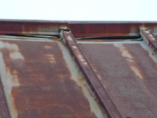 大垣市 カラートタン瓦棒屋根が錆び錆びで数ミリの穴が開いています。カバー工法が最適