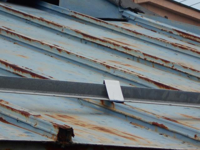 大垣市 カラートタン瓦棒屋根が錆が広がっています。屋根無料調査