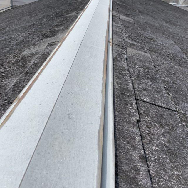 大垣市にてスレート屋根の調査を行い、棟板金の交換工事が必要な状態でした。
