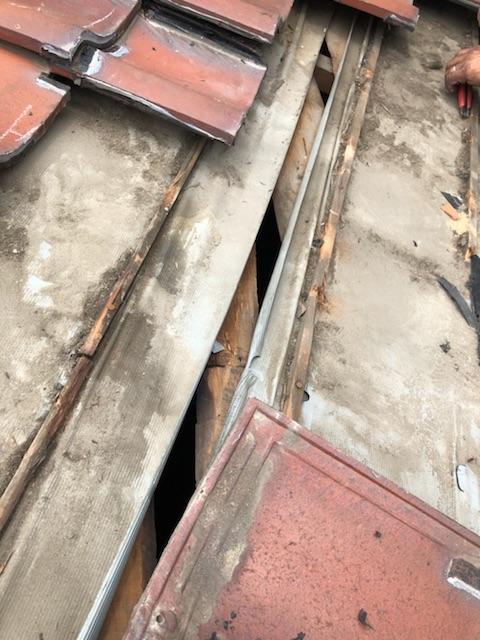 防水シートの隙間