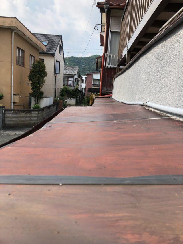 玄関屋根の板金の様子