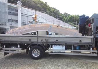 トラックの荷台に積まれた屋根材
